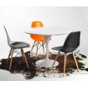 Silla TOWER-W fabricada en ABS color naranja y patas de madera