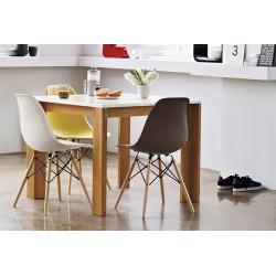 Silla TOWER-W fabricada en ABS color café y patas de madera