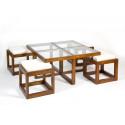 Mesa baja y cuatro taburetes en estilo colonial